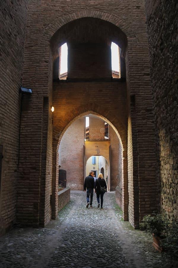 Toeristen die in oude vesting lopen Vignola, Italië stock fotografie