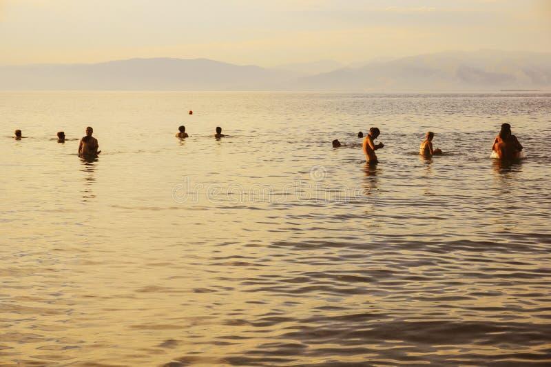 Toeristen die in overzees baden royalty-vrije stock foto