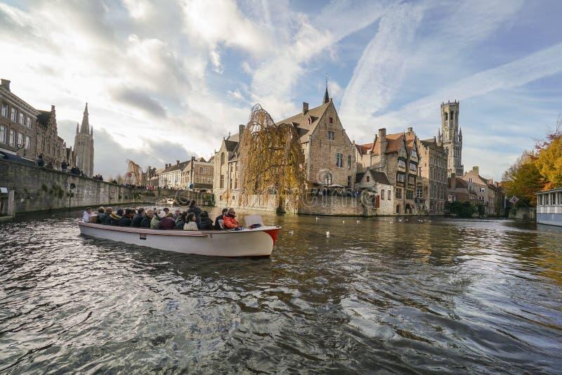 Toeristen die rondvaart op kanaal van Brugge in België doen royalty-vrije stock afbeelding