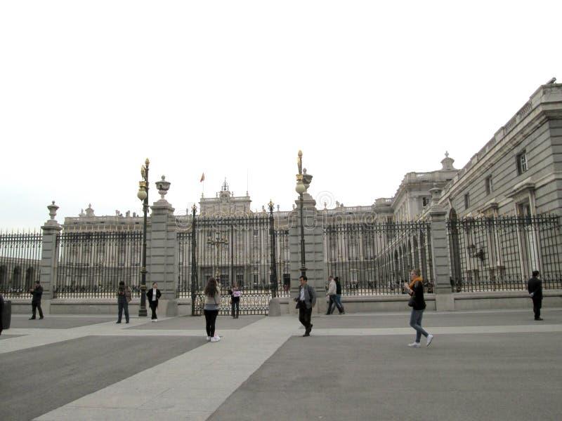 Toeristen die Royal Palace van Madrid reizen stock afbeeldingen