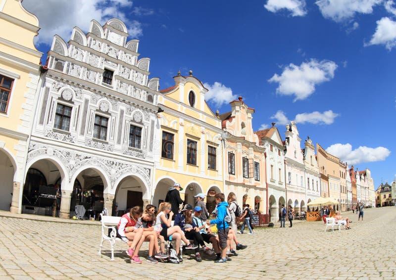 Toeristen die rust op vierkant in Telc hebben stock afbeeldingen