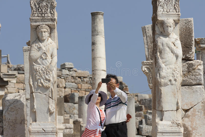 Toeristen die selfie bij de hercules-poort in de oude stad van Ephesus Turkije nemen stock foto's