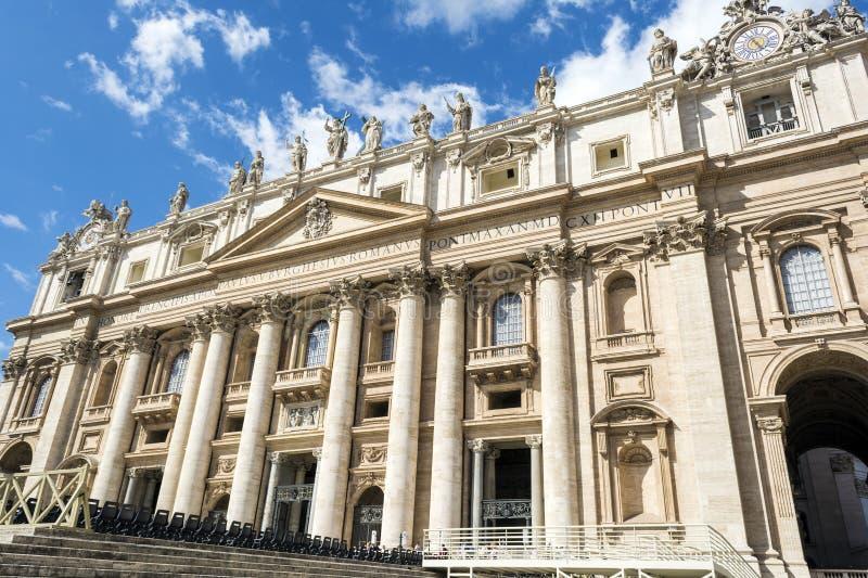 Toeristen die St Peter ` s Basiliek in de Stad van Vatikaan, Rome, Italië ingaan stock afbeeldingen