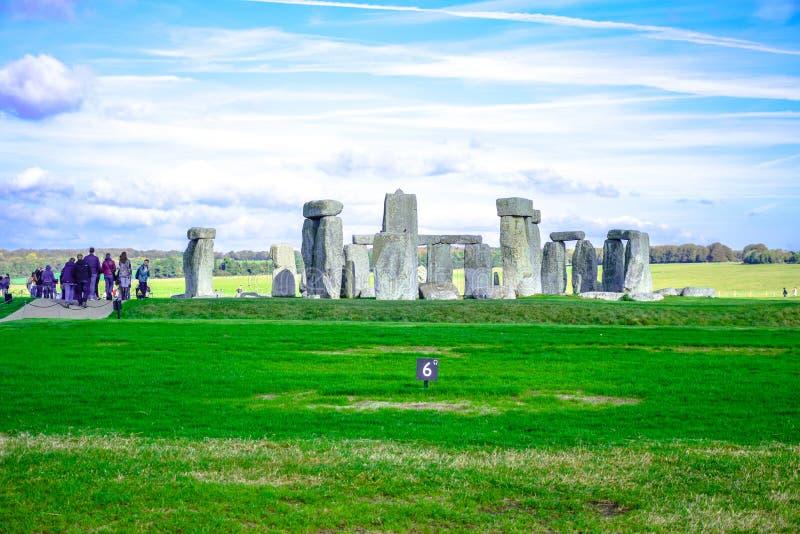Toeristen die Stonehenge, een voorhistorisch steenmonument in Salisbury, Wiltshire, Engeland, het UK bezoeken stock foto