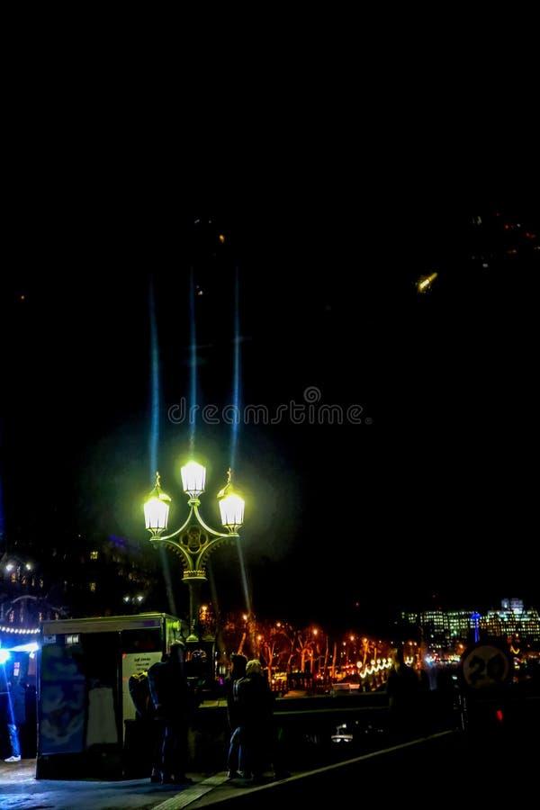 Toeristen die telefoonbeelden van scène in Londen nemen bij nacht in de wintertijd die - de Brug van Westminster van Zuidenbank i stock foto's