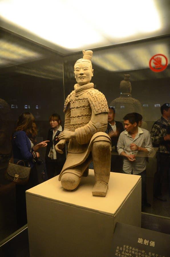 Toeristen die Terracottastrijder bekijken in Xian royalty-vrije stock foto's