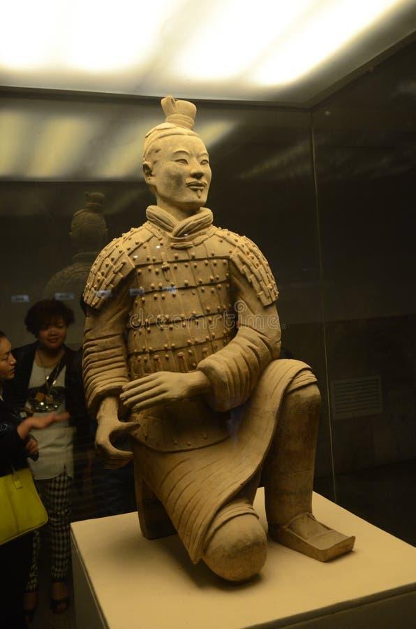 Toeristen die Terracottastrijder bekijken in Xian stock afbeelding