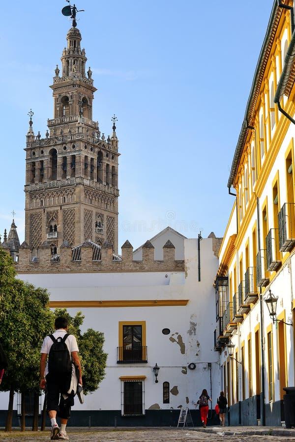 Toeristen die toren Sevilla bezoeken - Giralda royalty-vrije stock foto's