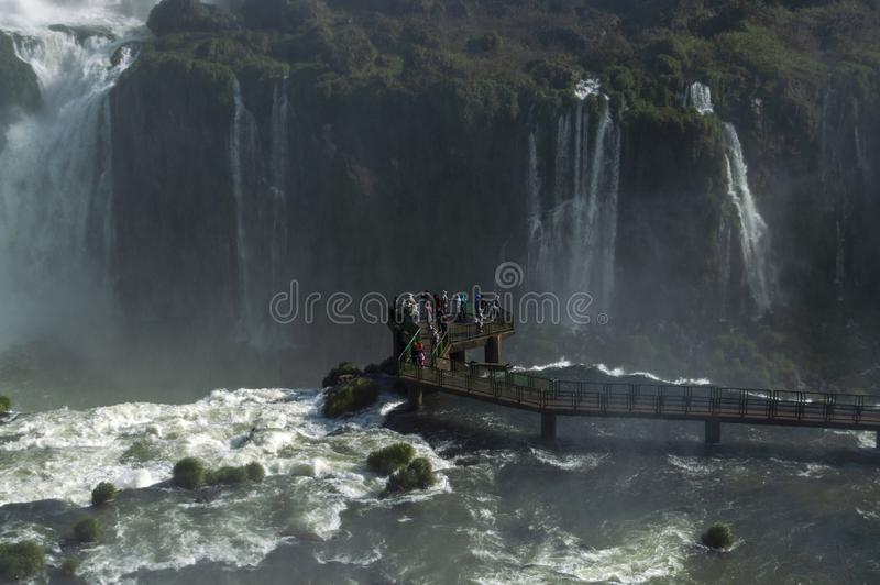 Toeristen die van de mening van Iguazu-Dalingen genieten stock foto