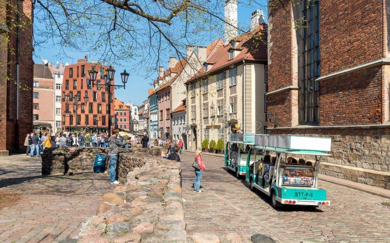 Toeristen die van openluchtbars, winkels en giftverkopers in het historische centrum van Riga, Letland genieten royalty-vrije stock afbeelding