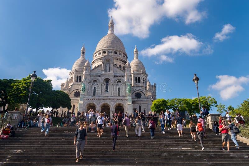 Toeristen die voor Basiliek Sacre Coeur in Parijs lopen stock foto's