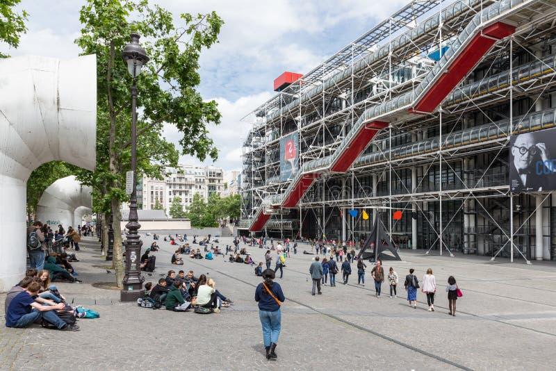 Toeristen die voor het Centre Pompidou in Parijs, Frankrijk ontspannen stock afbeeldingen