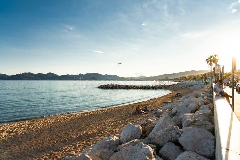 Toeristen die zich op het strand verplaatsen in de stad Cannes, Frans Riviera stock afbeeldingen
