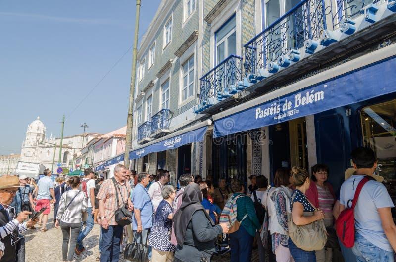 Toeristen door een koffie in Lissabon stock foto's