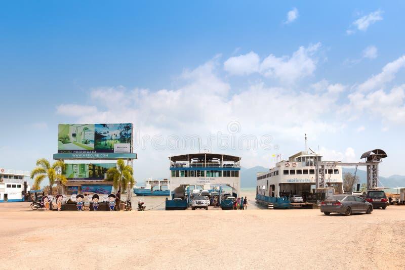 Toeristen en auto's die op veerboot laden stock foto's