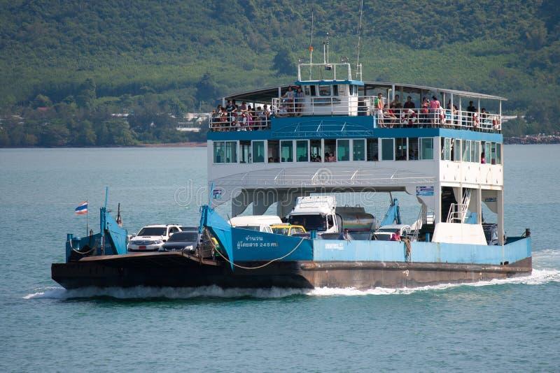 Toeristen en Auto's op veerboot en rubriek aan Koh Chang worden geladen dat stock afbeeldingen