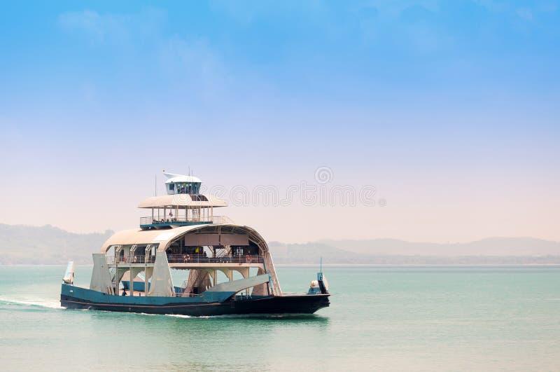 Toeristen en Auto's op veerboot en rubriek aan Koh Chang worden geladen dat stock fotografie
