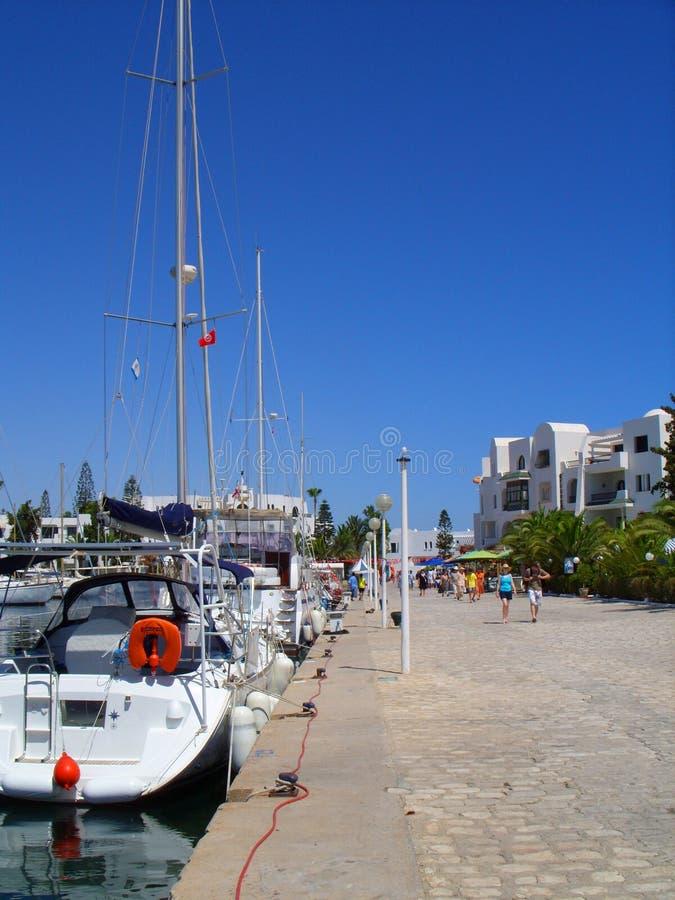 Toeristen en Jachten op Harbourside Tunesië stock foto