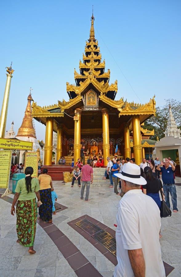 Toeristen en lokale Liefhebbers in Shwedagon-Pagode royalty-vrije stock foto