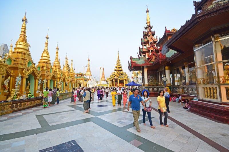 Toeristen en lokale Liefhebbers in Shwedagon-Pagode stock afbeeldingen