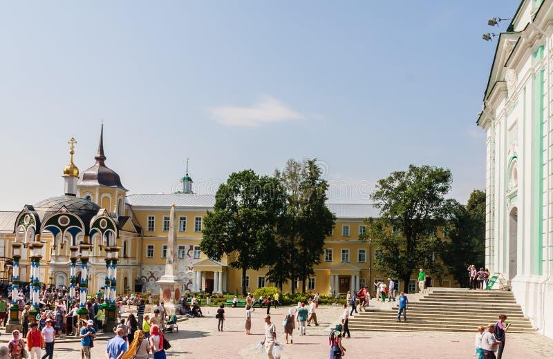 Toeristen en parochianen rond de klokketoren Heilige drievuldigheid-St Sergiev Posad stock afbeeldingen