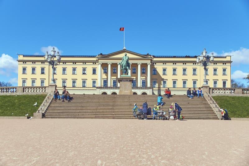 Toeristen en plaatselijke bevolking voor Slottet, Noors Royal Palace royalty-vrije stock afbeelding