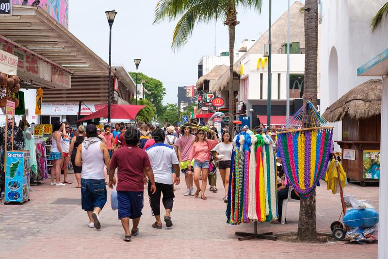 Toeristen en plaatselijke bewoners bij 5de weg, de belangrijkste aantrekkelijkheid in Playa royalty-vrije stock fotografie