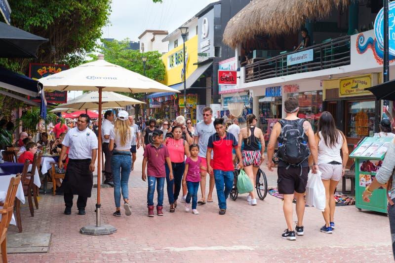 Toeristen en plaatselijke bewoners bij 5de weg, de belangrijkste aantrekkelijkheid in Playa del Carmen, Mexico royalty-vrije stock afbeelding
