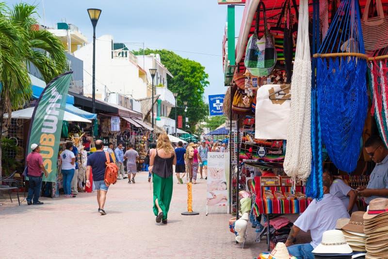 Toeristen en plaatselijke bewoners bij 5de weg, de belangrijkste aantrekkelijkheid in Playa del Carmen, Mexico stock foto