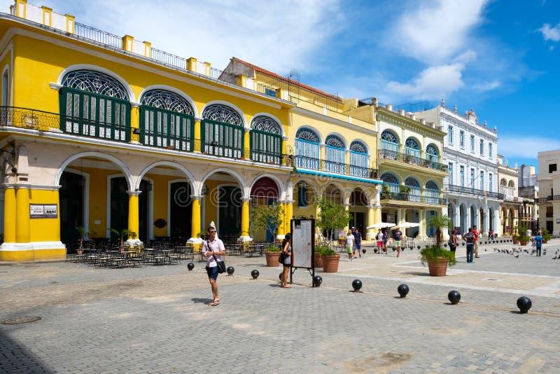Toeristen en plaatselijke bewoners bij een kleurrijk vierkant op Oud Havana royalty-vrije stock foto