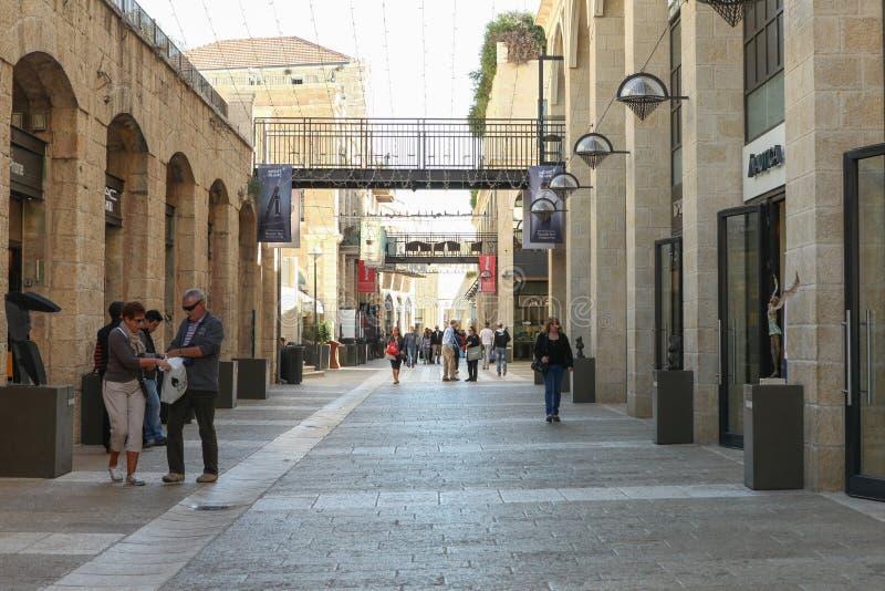 Toeristen en plaatselijke bewoners bij het winkelen van Mamilla van Jeruzalem straat stock foto's