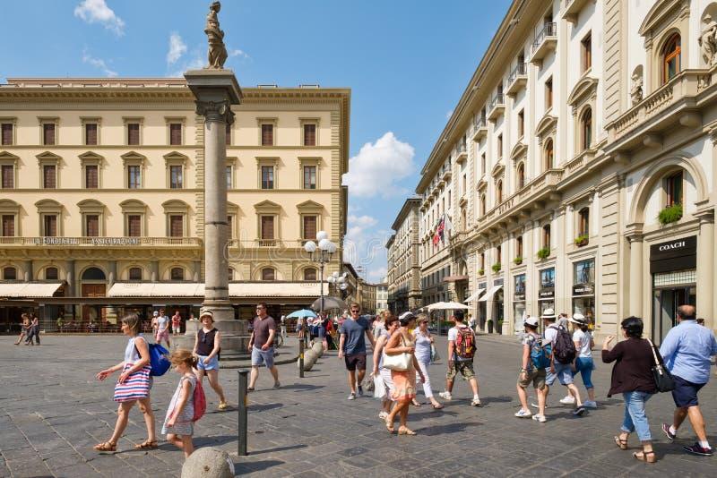 Toeristen en plaatselijke bewoners bij Piazza della Repubblica in Florence stock foto's