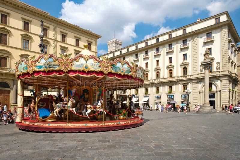 Toeristen en plaatselijke bewoners bij Piazza della Repubblica in Florence stock afbeeldingen