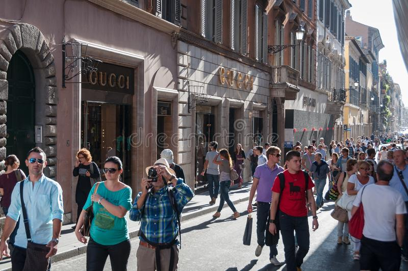 Toeristen en plaatselijke bewoners die beroemd via de straat van deicondotti lopen stock foto's
