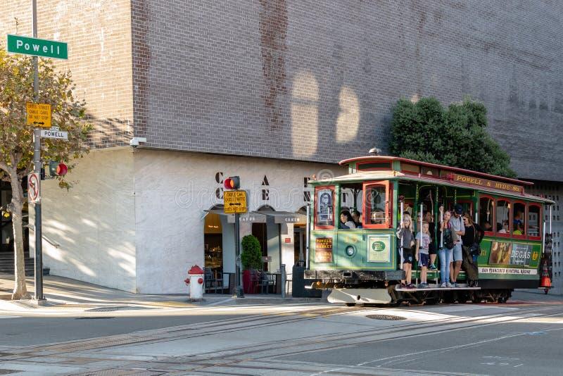Toeristen en plaatselijke bewoners die Kabelwagen/Karretje berijden op Powell Street stock foto