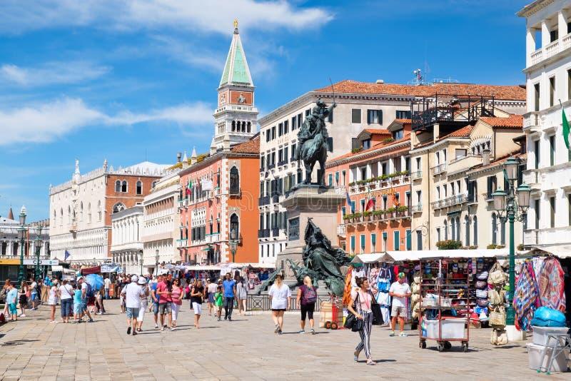 Toeristen en plaatselijke bewoners op een mooie de zomerdag dichtbij St Tekensvierkant in Venetië royalty-vrije stock afbeeldingen