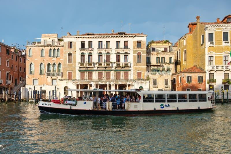 Toeristen en plaatselijke bewoners op een vaporetto op Grand Canal in Venetië, stock foto