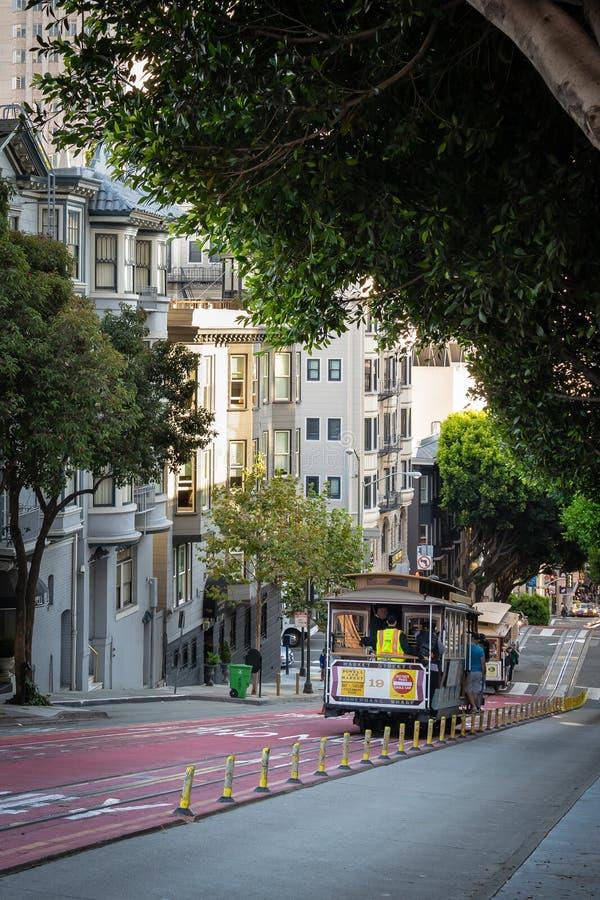 Toeristen en plaatselijke bewoners op Kabelwagen/Karretje die onderaan heuvel gaan stock foto