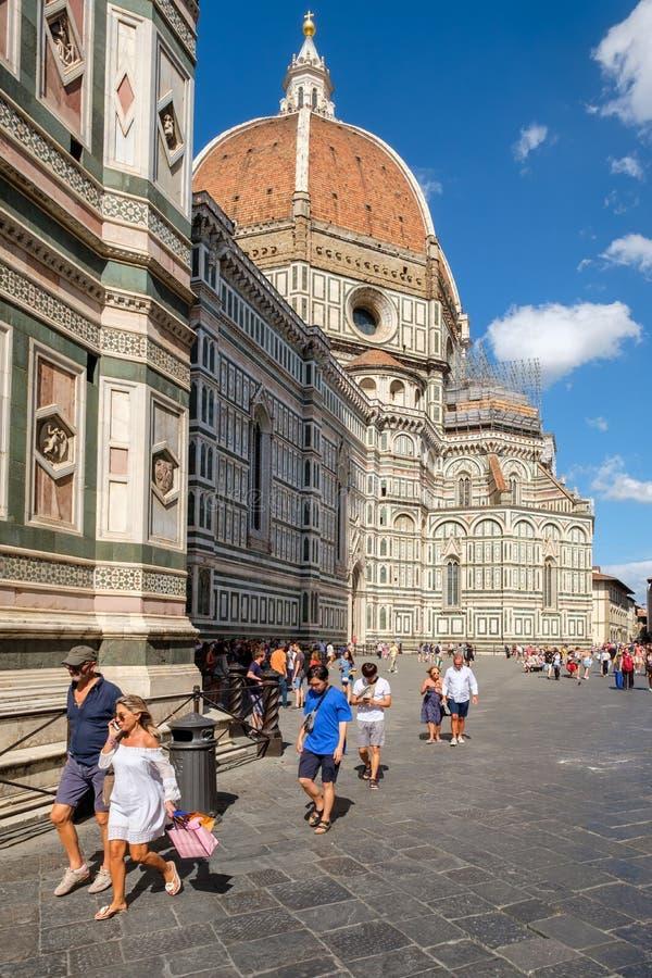 Toeristen en plaatselijke bewoners in Piazza del Duomo met een mening van de Kathedraal van Florence royalty-vrije stock foto's