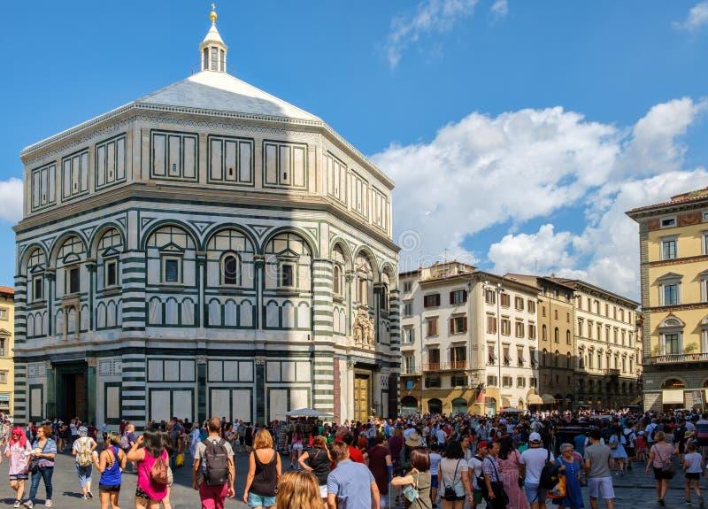 Toeristen en plaatselijke bewoners in Piazza del Duomo met een mening van de Kathedraal van Florence stock foto