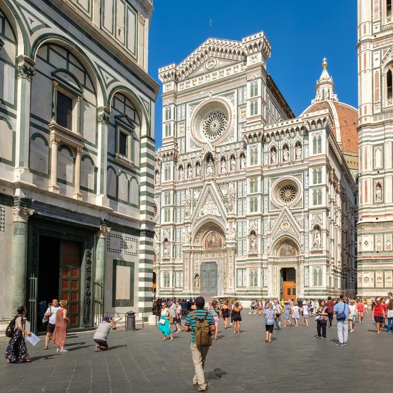 Toeristen en plaatselijke bewoners in Piazza del Duomo met een mening van de Kathedraal van Florence royalty-vrije stock afbeeldingen