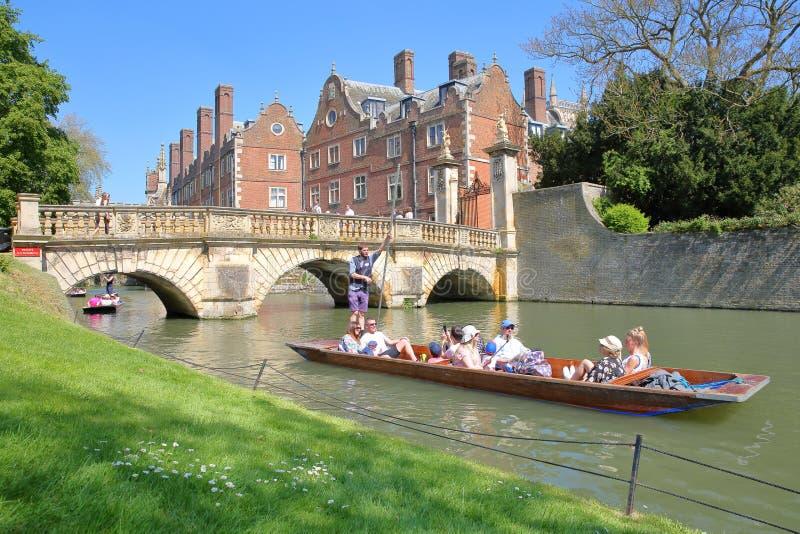 Toeristen en studenten die op de riviernok bij St John ` s Universiteitsuniversiteit wegschoppen royalty-vrije stock foto