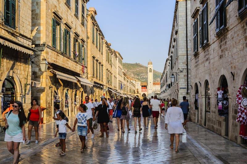 Toeristen en vakantiegangers op de centrale straat van Stradun in de oude stad van Dubrovnik in de vroege avond Kroatië, Europa stock fotografie