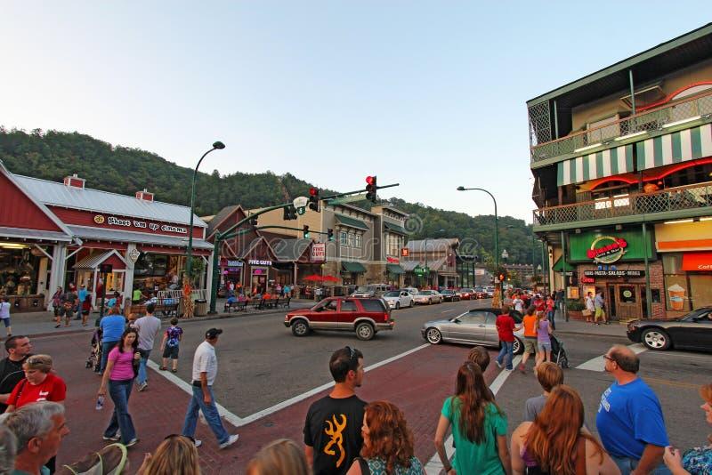 Toeristen en verkeer bij rood licht 8 op de hoofdweg door Gat royalty-vrije stock foto's
