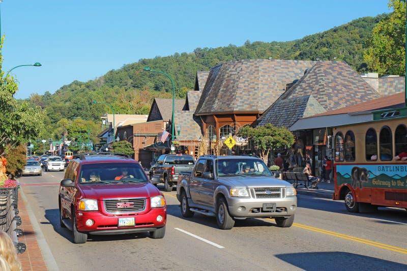 Toeristen en verkeer langs de hoofdweg door Gatlinburg, Tien stock afbeeldingen