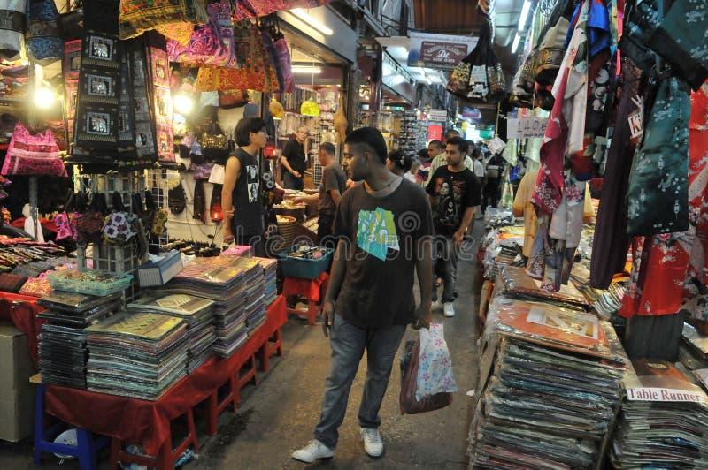 Toeristen en Winkel Locals bij Markt Chatuchak royalty-vrije stock foto