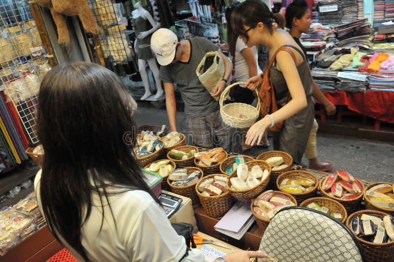 Toeristen en Winkel Locals bij Markt Chatuchak stock fotografie