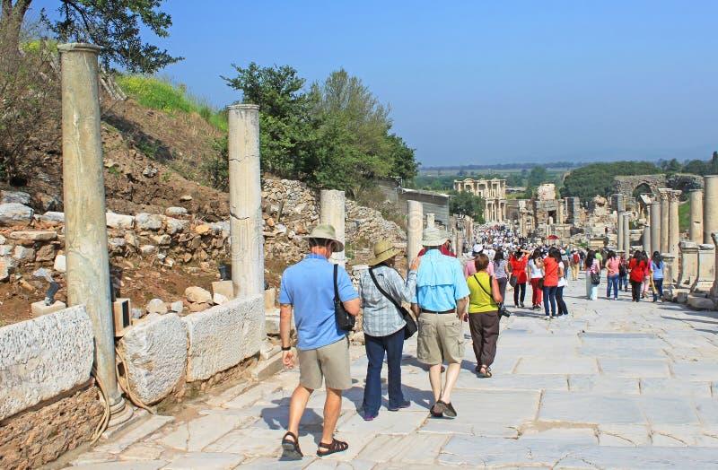 Toeristen in Ephesus, Turkije royalty-vrije stock foto's
