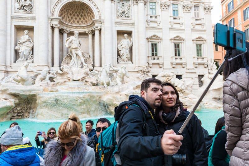 Toeristen in Fontana Di Trevi stock afbeelding