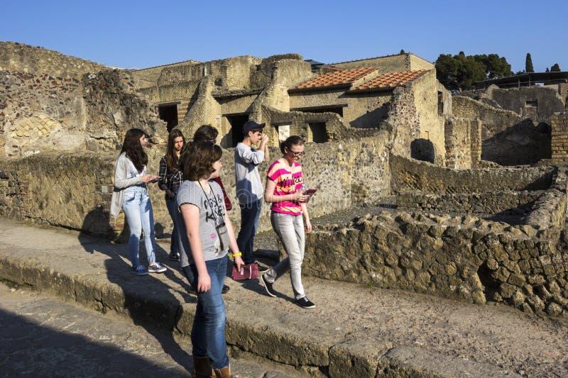 Toeristen in Herculaneum in Italië stock fotografie